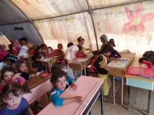 """Kinderen in de """"klas"""" in een Syrisch vluchtelingenkamp"""